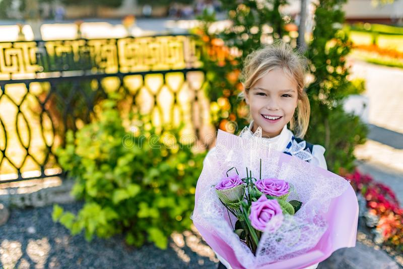 Belle petite fille avec le grand bouquet des fleurs images stock