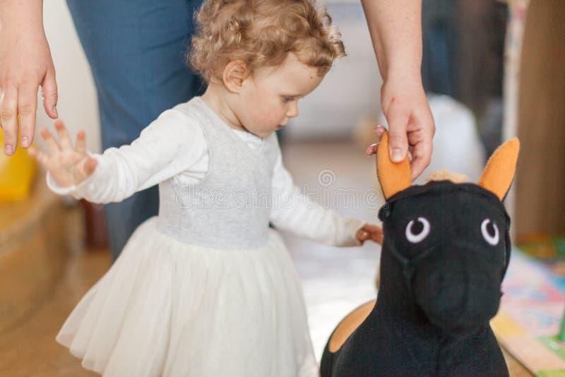Belle petite fille avec une aide de jouet et de père photos stock
