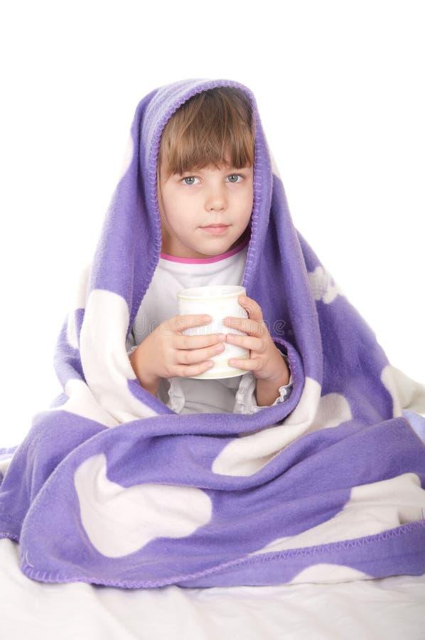 Belle petite fille avec une cuvette de thé image libre de droits