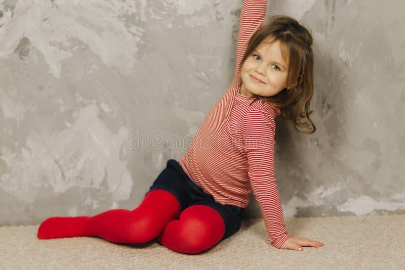 Belle petite fille ayant l'amusement à la maison Vieux jeu de cinq ans de fille à la maison image libre de droits