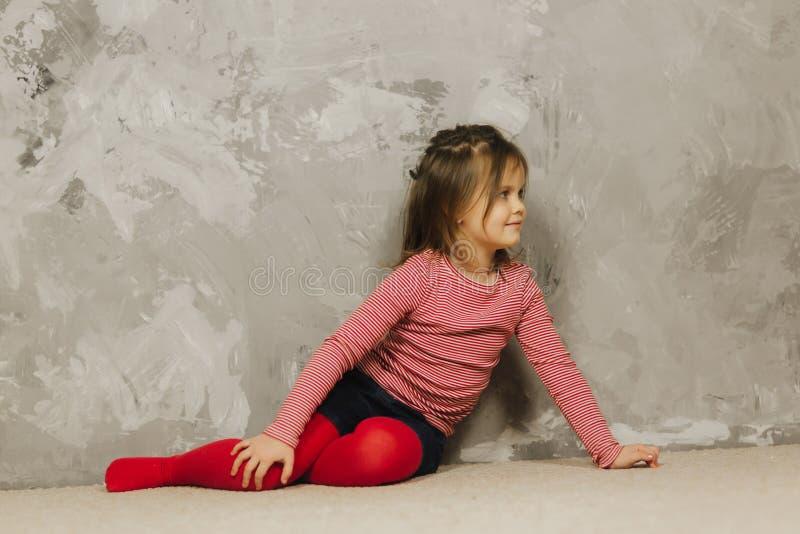 Belle petite fille ayant l'amusement à la maison Vieux jeu de cinq ans de fille à la maison photo stock