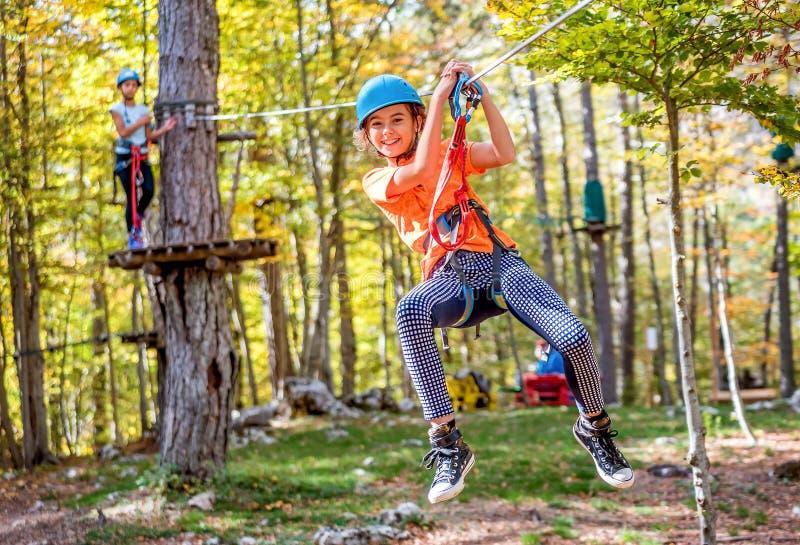 Belle petite fille ayant l'amusement dans le parc d'aventure, Monténégro photographie stock libre de droits