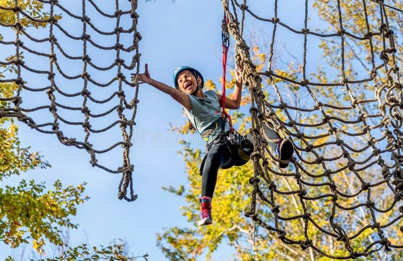 Belle petite fille ayant l'amusement dans le parc d'aventure, Monténégro photos stock