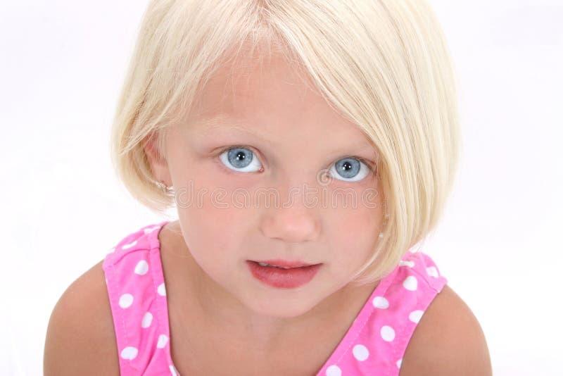 Belle petite fille dans la fin rose de procès de bain vers le haut photo libre de droits