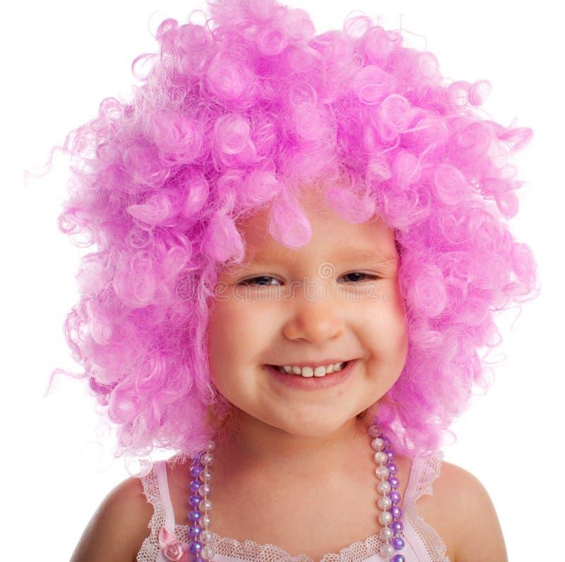 Belle petite fille dans la perruque rose image stock