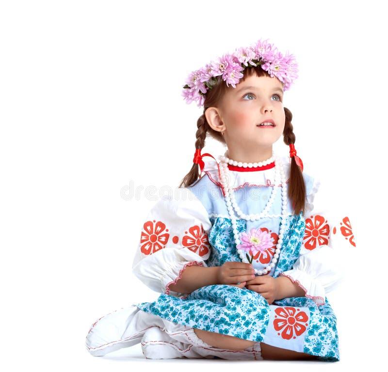 Belle petite fille dans le costume bleu de slavic photographie stock