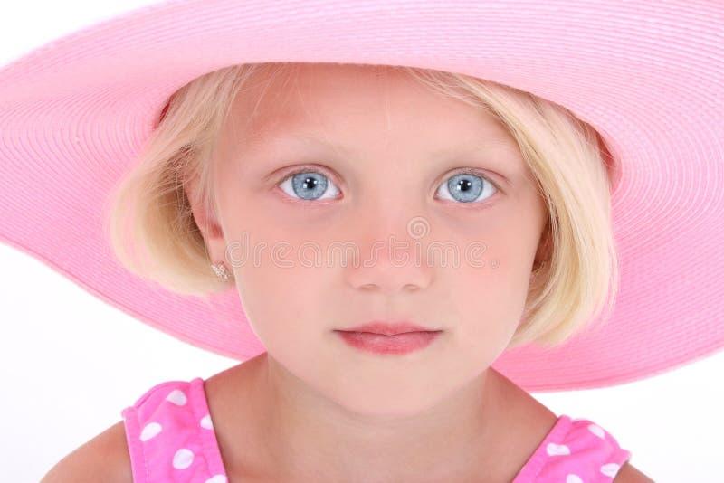 Belle petite fille dans le procès de bain rose et le grand chapeau images stock