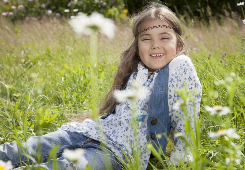 Belle petite fille dans le style hippie images libres de droits