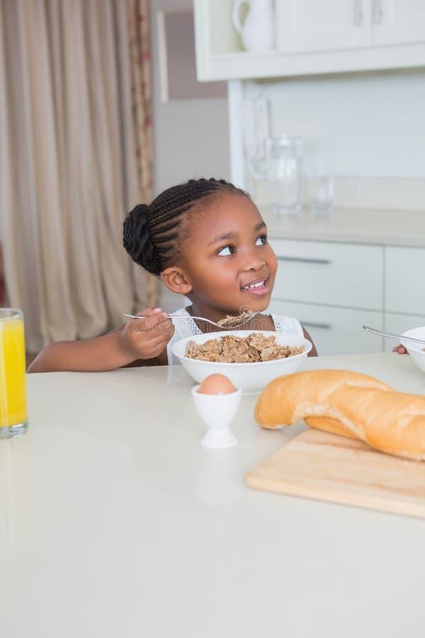 Download Belle Petite Fille De Sourire Mangeant Des Céréales Image stock - Image du manger, lifestyle: 56484385