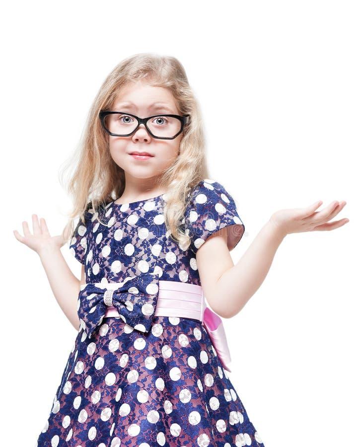 Belle petite fille en verres confus d'isolement images stock