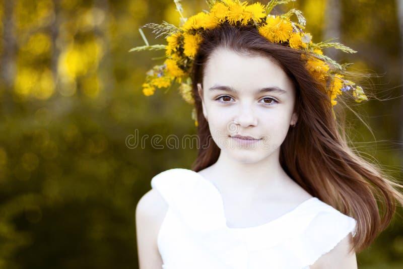 Belle petite fille, extérieure, fleurs de bouquet de couleur, la vie appréciante heureuse de sourire d'été de jour de pré ensolei images libres de droits