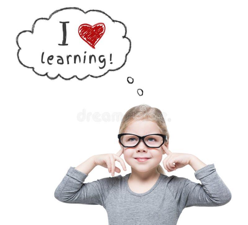 Belle petite fille futée en verres d'isolement école de copyspace de concept de livres noirs de fond photos stock