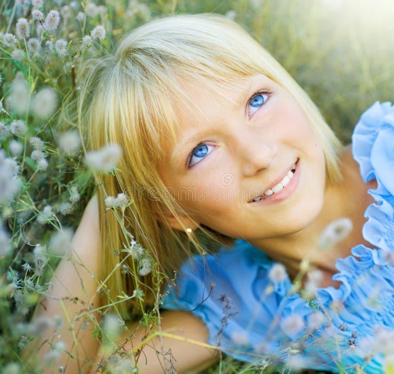 Belle petite fille heureuse extérieure photographie stock