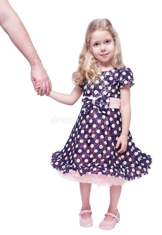 Belle petite fille jugeant la main de son père d'isolement images libres de droits