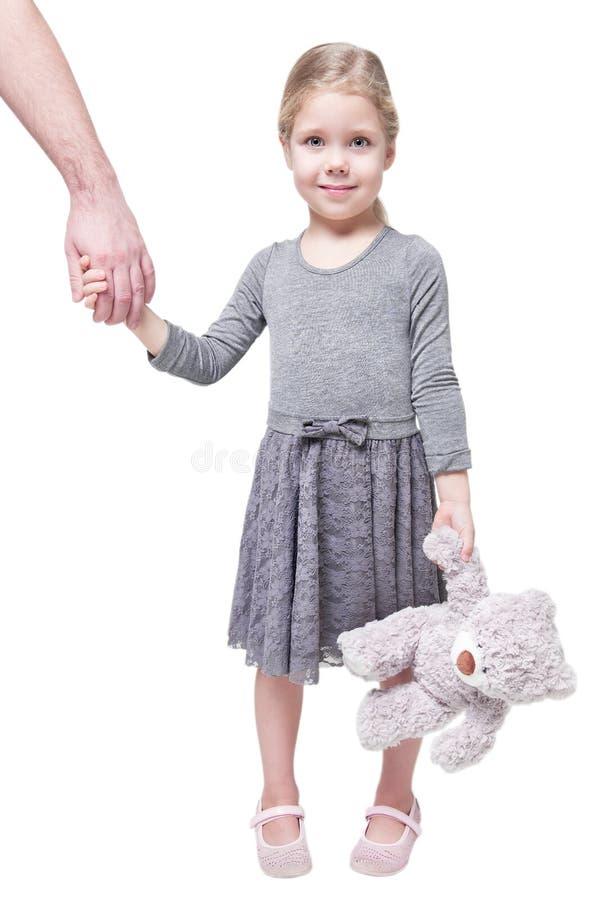 Belle petite fille jugeant la main de son père d'isolement photos libres de droits