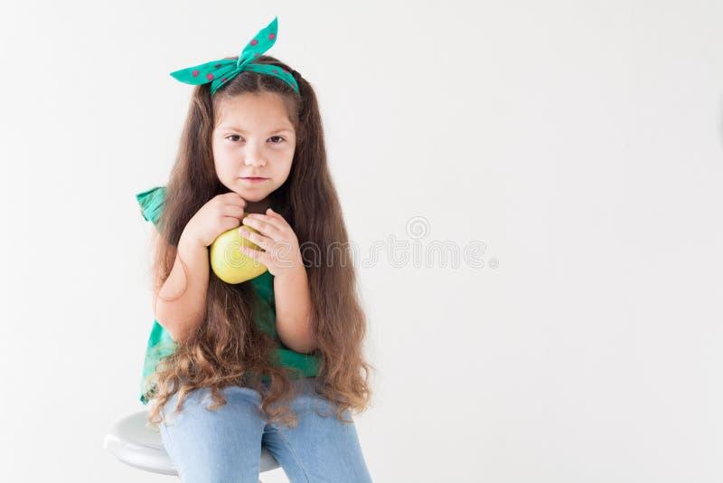 Belle petite fille mangeant d'un fruit vert d'Apple image libre de droits
