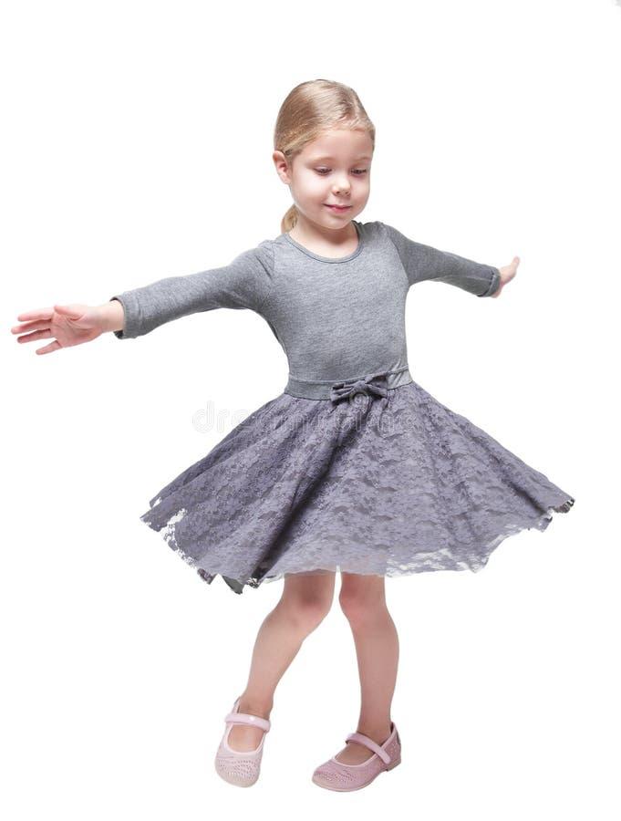 Belle petite fille tournant autour d'isolement photo libre de droits