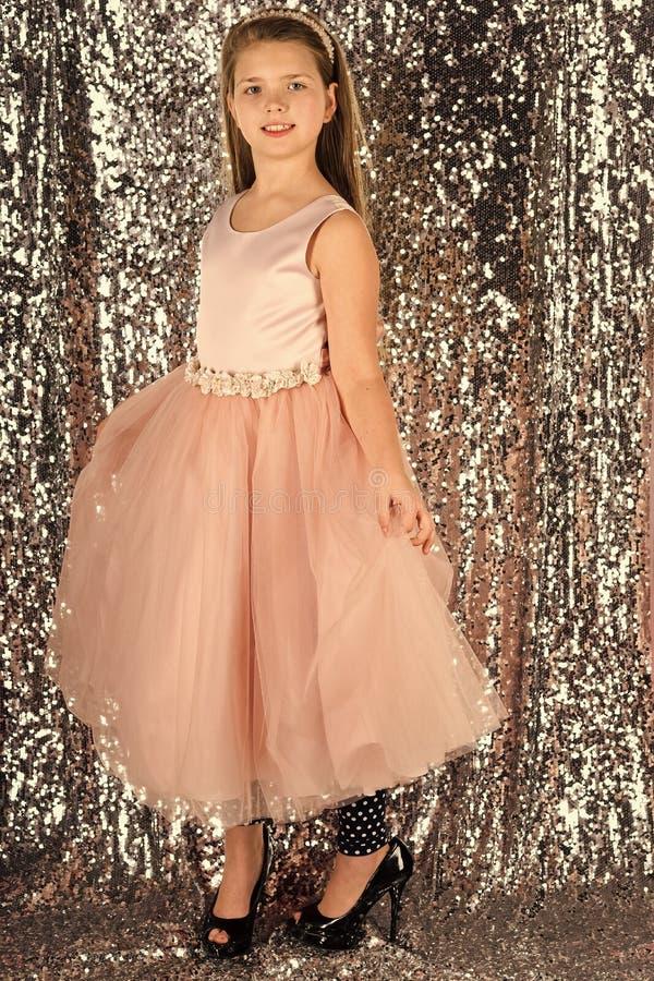 Belle petite fille utilisant le costume féerique, mode photo libre de droits