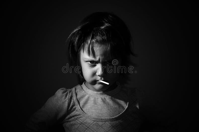 Belle petite jeune fille fâchée images stock