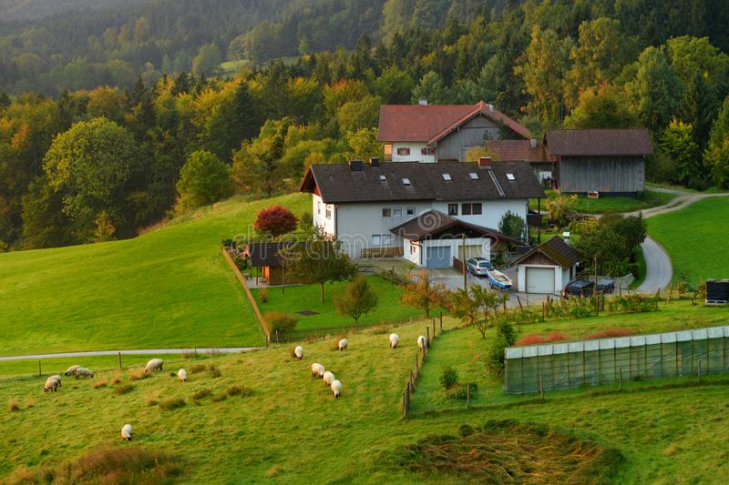 Belle petite maison dans la petite ville bavaroise typique en Allemagne photographie stock