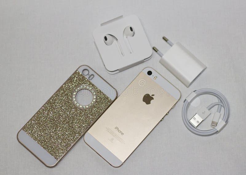 Belle photo à un téléphone d'or de fond blanc photo stock