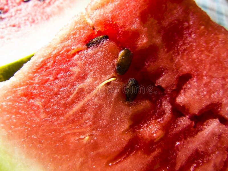 Belle photo avec les tranches et les pommes fraîches de pastèque d'un plat photos stock