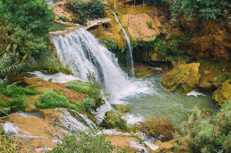 Belle photo de cascade d'Ouzoud au Maroc avec de l'écoulement de l'eau mol et les grandes roches colorées Jungles sauvages vertes images stock