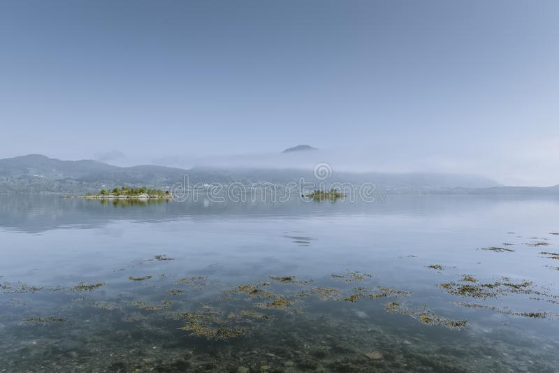 Belle photo de nature d'un lac avec les montagnes au sol arrière photographie stock libre de droits