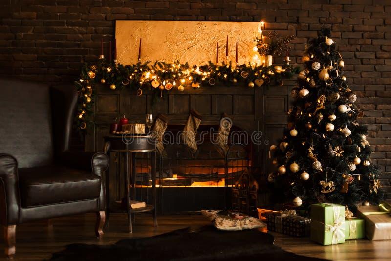 Belle pièce décorée holdiay avec l'arbre de Noël avec des présents sous lui photo stock