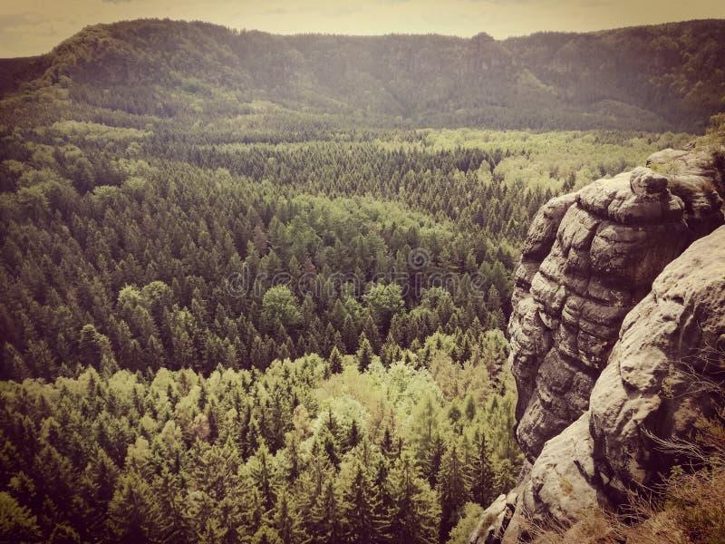 Belle pierre avec la montagne photos stock
