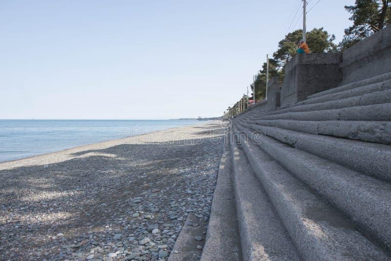 Belle pietre bagnate alla spiaggia nel viaggio, nella festa e nella vacanza di concetto di ora legale vista della spiaggia lavata immagini stock libere da diritti