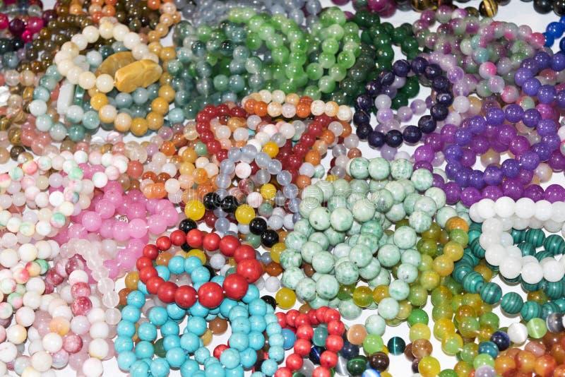 Belle pietre delle perle del braccialetto e della collana del primo piano fotografie stock libere da diritti