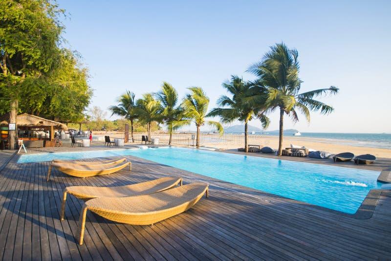 Belle piscine avec la vue d'océan images libres de droits