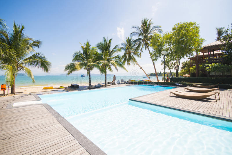 Belle piscine avec la vue d'océan image libre de droits