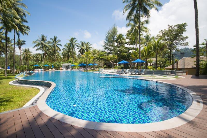 belle piscine dans la station de vacances tropicale images libres de droits