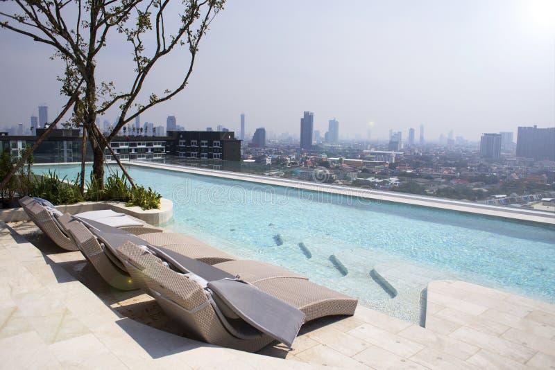 Belle piscine dans la station de vacances tropicale au landsca de jour d'été photographie stock