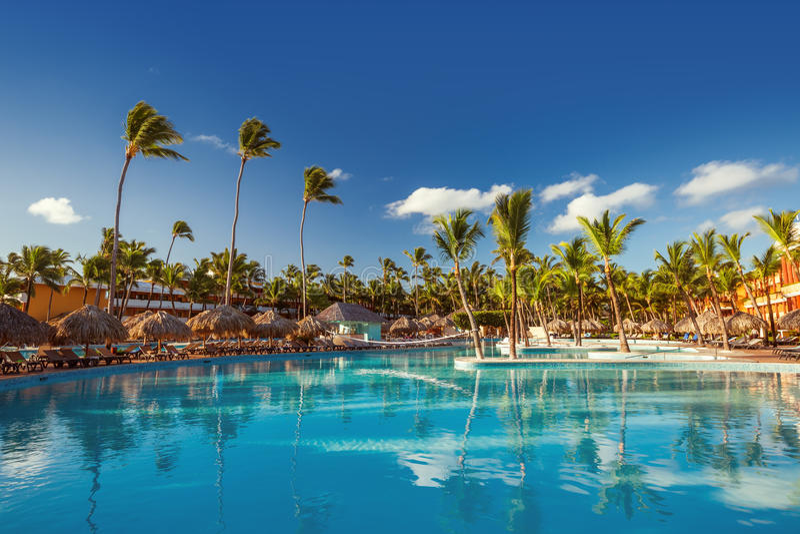 Belle piscine dans la station de vacances tropicale, Punta Cana photographie stock