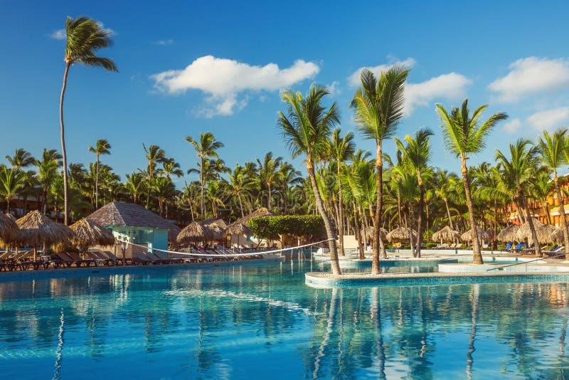 Belle piscine dans la station de vacances tropicale, Punta Cana, Dominique photographie stock