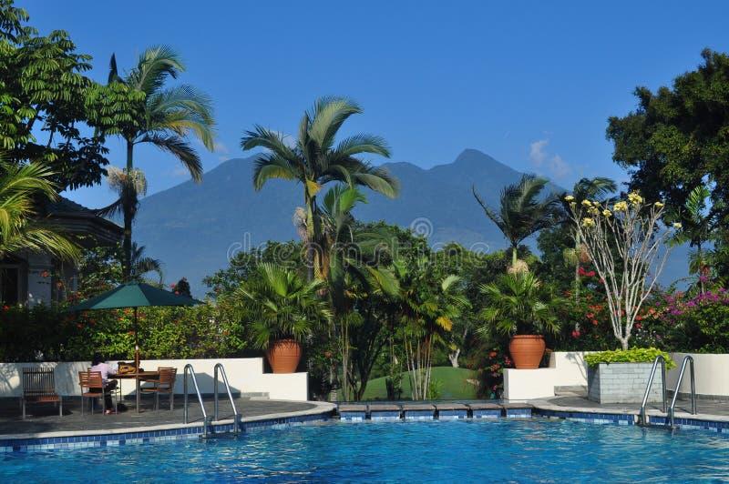 Belle piscine près de la montagne image libre de droits