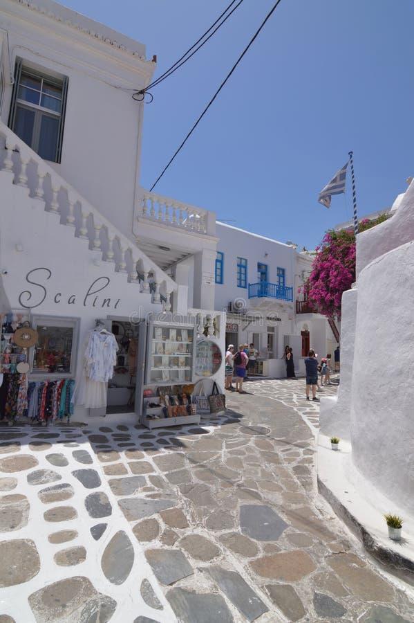 Belle place blanche et bleue typique avec des restaurants en île de Chora de Mikonos Arte History Architecture images stock