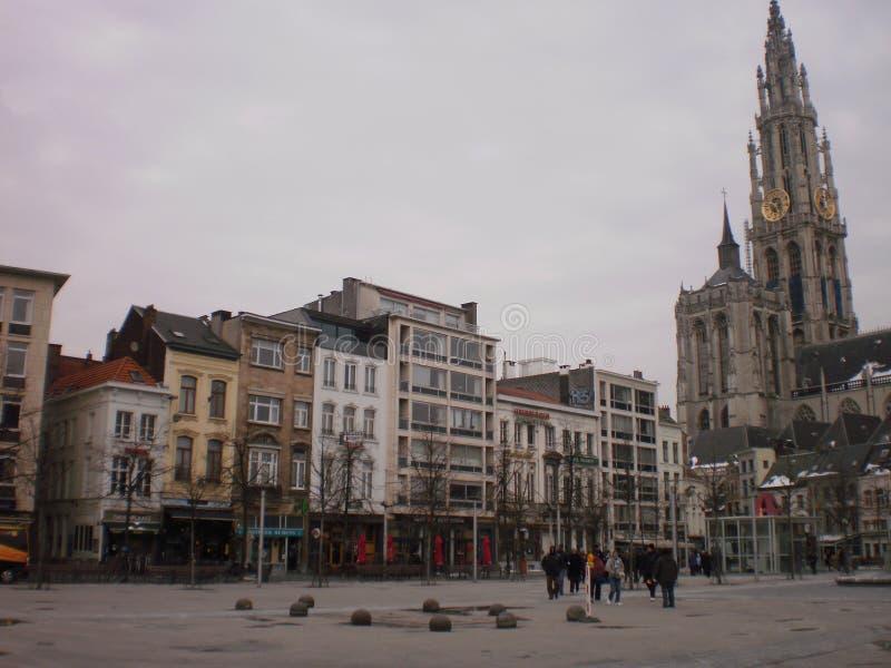 Belle place grande Groenplaats avec la tour de cathédrale un jour de Milou dans le village à Anvers 23 mars 2013 Anvers, images stock
