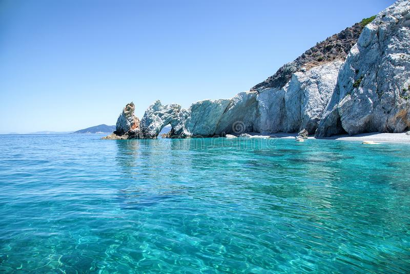 Belle plage avec de l'eau très clair images stock