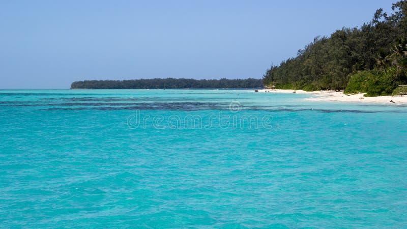 Belle plage avec de l'eau transparent turquoise en île de conflit, Papouasie-Nouvelle-Guinée photos libres de droits