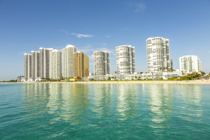 Belle plage avec des condomiums et gratte-ciel en Sunny Islands images libres de droits