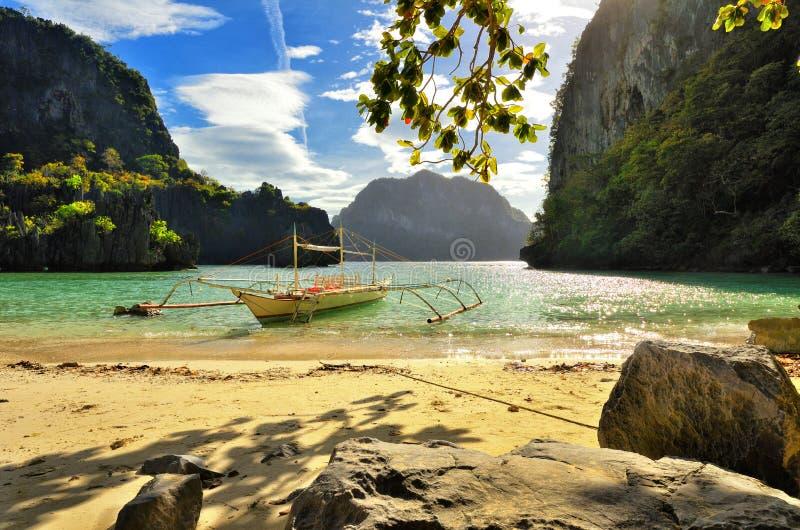 Belle plage avec des roches sur le fond des îles. EL N photos stock