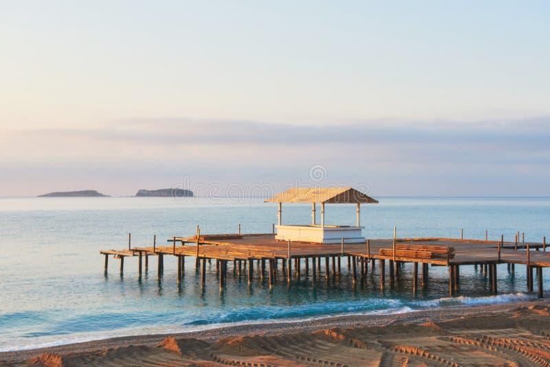 Belle plage avec le pilier à la station de vacances méditerranéenne en Turquie image stock