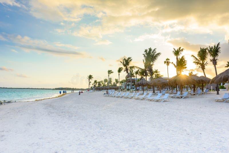 Belle plage blanche de sable dans Akumal, Mexique - plage de baie de paradis dans Quintana Roo - c?te des Cara?bes - coucher du s images stock
