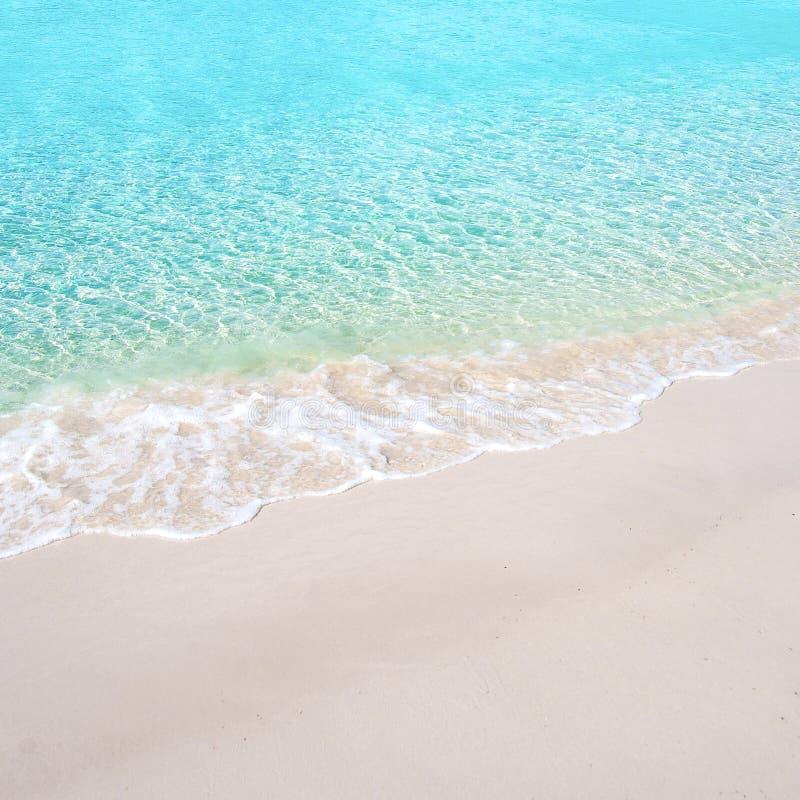 Belle plage blanche de sable et mer tropicale de bleu de turquoise Vue de ci-avant photographie stock