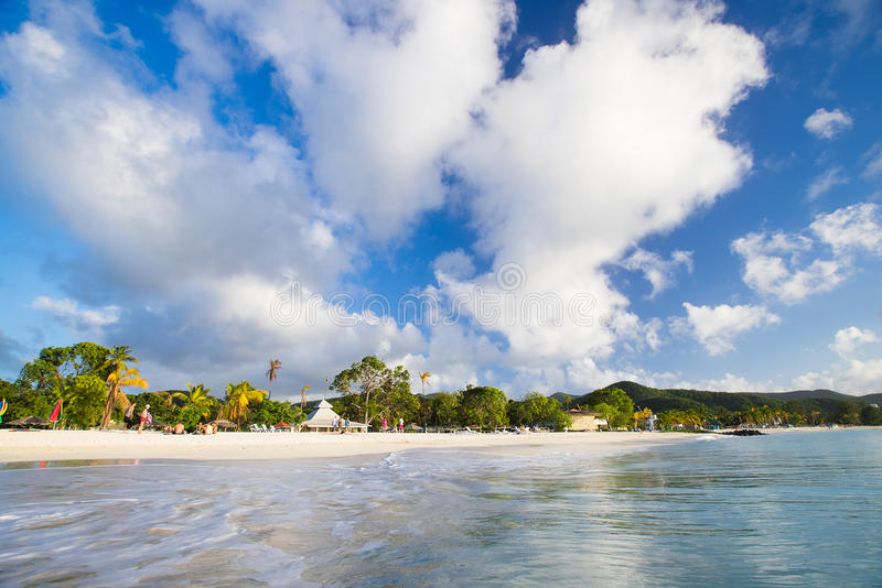 Belle plage blanche de sable sur l'Antigua photographie stock libre de droits