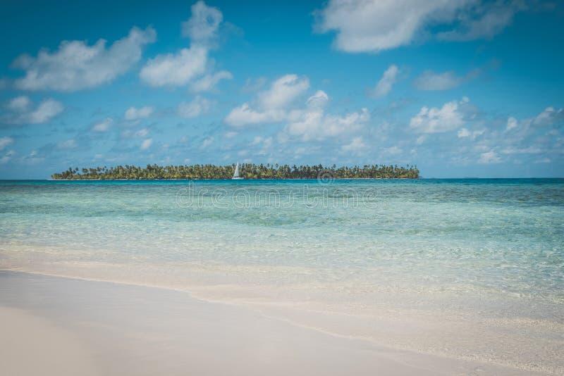 Belle plage, ciel bleu et île de palmier - image libre de droits